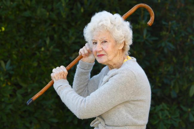 se battre contre une vieille femme