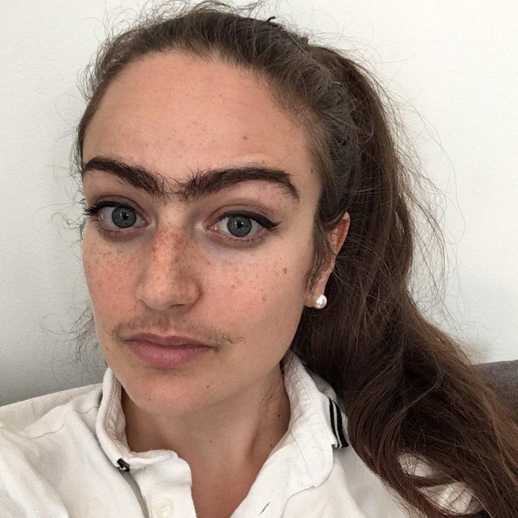 femme à moustache poilue monosourcil espagnole